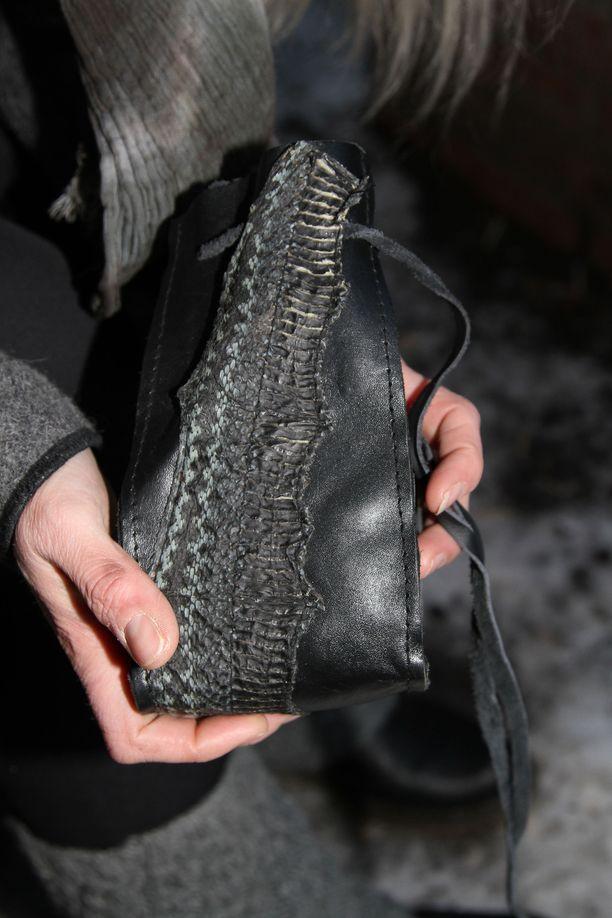 Retkillä kulkee mukana itsetehty käärmeennahkainen amulettipussukka, jonka sisältöä metsänkulkija ei paljasta.