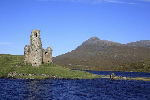 1500-luvulla rakennetusta Ardvreckin linnasta ei ole enää paljoa jäljellä. Niitä ihmettelemässä vierailevia matkailijoita varoitetaan mahdollisista irtokivistä, joita raunioilta voi pudota alas.
