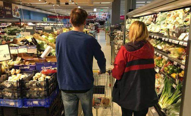 Tomi pääsi asioimaan ruokakaupassa ensimmäistä kertaa lapsuutensa jälkeen.