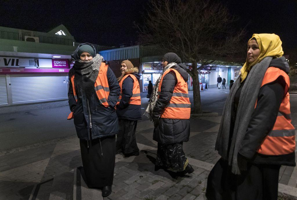 Äidit partioivat Biskopsgårdenissa, koska he kokevat, etteivät poliitikot ja viranomaiset tee riittävästi turvallisuuden parantamiseksi.