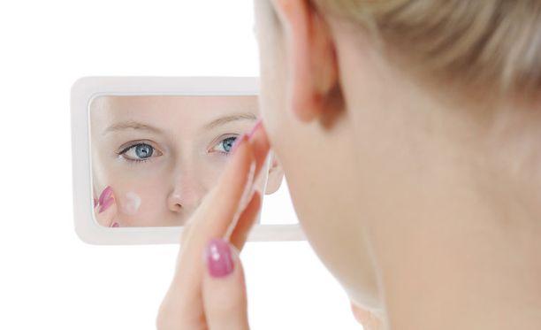 """Tavallisen peilin ja ryppyvoiteen sijasta uusi """"virtuaalipeili"""" lupaa parantaa kasvojen ominaisuuksia reaaliajassa. Ikävä kyllä teho ei päde enää, kun katseen riistää näytöstä irti."""