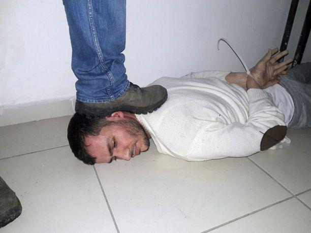 Epäillyn ampujan ohella asunnosta otettiin kiinni toinen, nimeämätön mies.