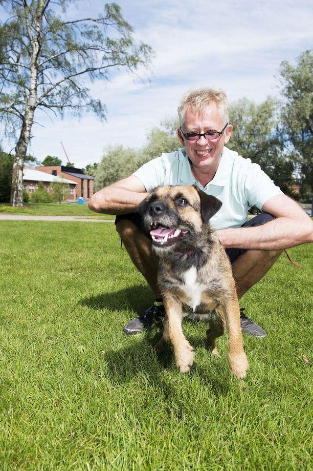 Pekka Pouta on saanut osakseen virnistyksiä liikkuessaan koiransa Sinin kanssa. Parivaljakko joutuu vielä hetken odottamaan kesäisiä kelejä.