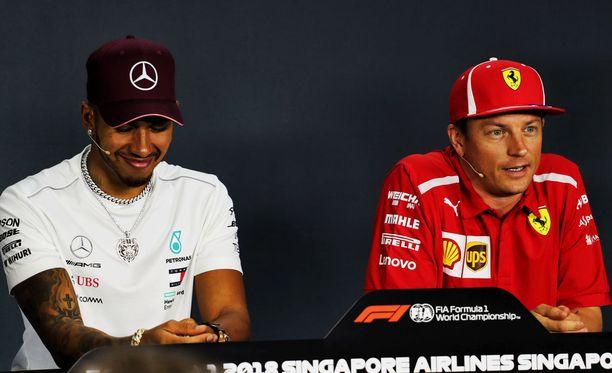 Kimi Räikkönen vastasi ironisesti, Lewis Hamilton nauroi vieressä.