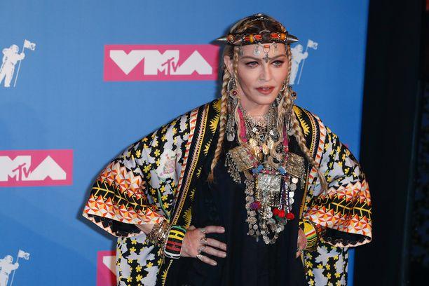 Madonnan kerrotaan esiintyvän viisuissa toukokuussa.