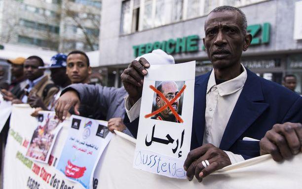 Berliinissä asuvat sudanilaiset osoittivat huhtikuun alussa mieltään Omar al-Bashirin hallinnon ihmisoikeusloukkauksia vastaan.