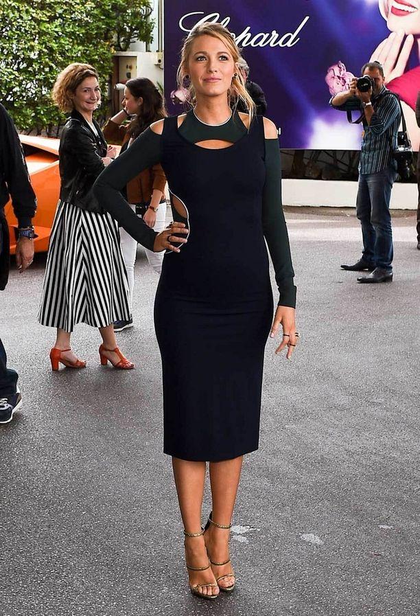 Blake tervehti fanejaan Versacen tummansinisessä, vartalonmyötäisessä mekossa.