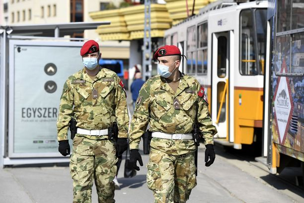 Sotilaspoliisit partiossa Budapestissa. Unkarissa on tähän mennessä varmistettu 447 koronavirustartuntaa, 15 ihmistä on kuollut.