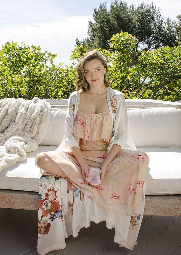 Miranda uskoo erilaisten kivien parantaviin voimiin. Suosikki on ruusukvartsi, jota on käytetty myös Kora-tuotteissa.
