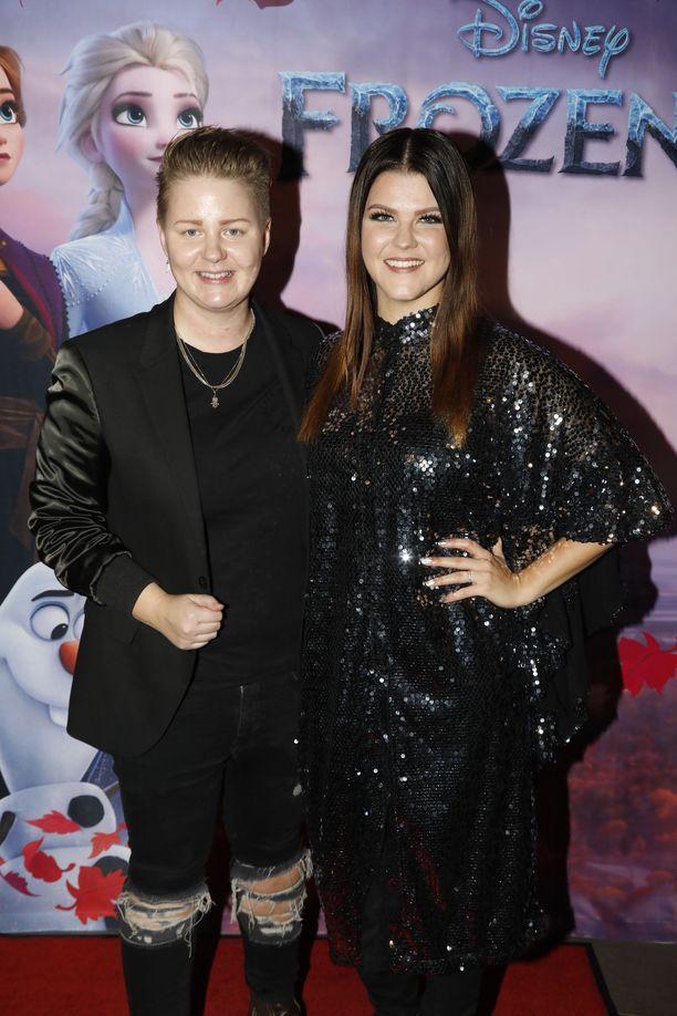 Meri ja Saara asuivat Saaran X-Factor-menestyksen jälkeen Lontoossa. Suomeen he palasivat pandemian myötä vuonna 2020.