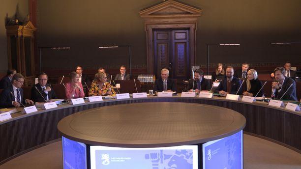 Antti Rinteen (sd) hallitus avustajineen kokoontui tiistaina aamupäivällä Säätytalon pyöreän pöydän ääreen päättämään valtion ensi vuoden budjettiesityksestä.