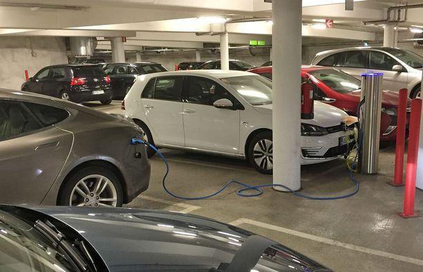 Ladattavien hybrien ja sähköautojen määrä kasvaa ja latauspaikoista alkaa tulla puutetta.