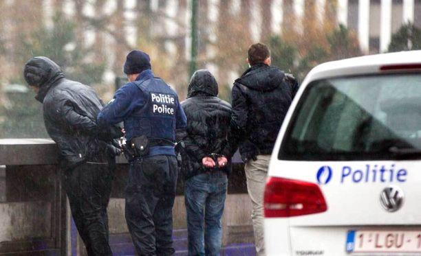 Poliisi laittoi miehet käsirautoihin sen jälkeen, kun heidän kuljettamansa ajoneuvo oli pysäytetty ja tarkastettu Brysselissä lauantaina.