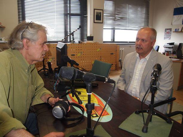 Tapio Reini haastattelee Henn Pölluaasia. -Virolaiset poliitikot tulevat kyllä mielellään SSS-radion haastateltavaksi. En ole kuullut heidän puhuvan pahaa asemasta, Pölluaas sanoo.