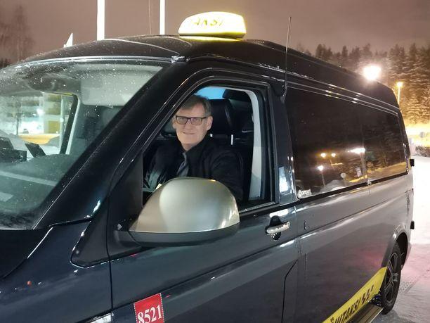 Taksinkuljettaja Jari Ylitalo toivoo ettei koronavirustilanne vaikuta turismiin Rovaniemellä.