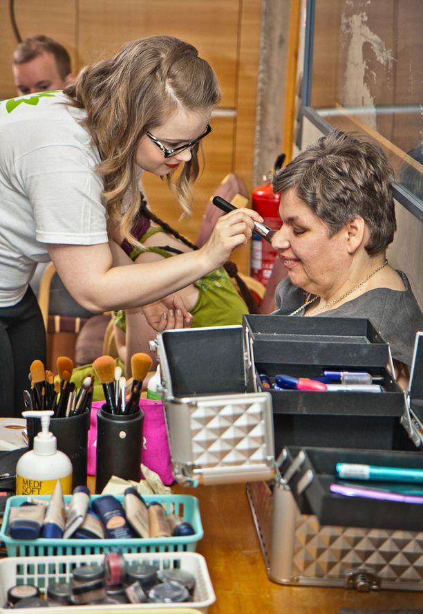 Kauneudenhoitoalan oppilaitoksen SKY-opiskelijat meikkasivat mallit.