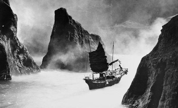 Kuva vuonna 1969 tehdystä katastrofielokuvasta Krakatoa, East of Java. Purkausta seurannut tsunami tappoi ainakin 36 000 ihmistä.