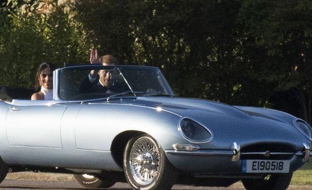 Prinssi Harry ja Meghan lähtivät hääjuhliensa jatkoille avoautolla. Meghan oli vaihtanut ylleen Stella McCartneyn juhlapuvun ja hänen sormessaan nähtiin iso, sininen timanttisormus.