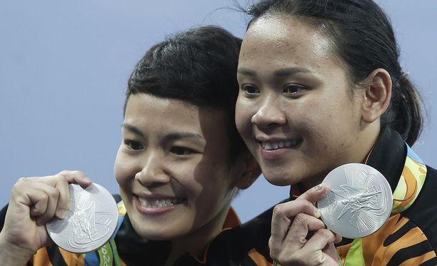Cheong Jun Hoong (vas.) ja Pandelela Rinong voittivat olympiahopeaa Riossa 2016