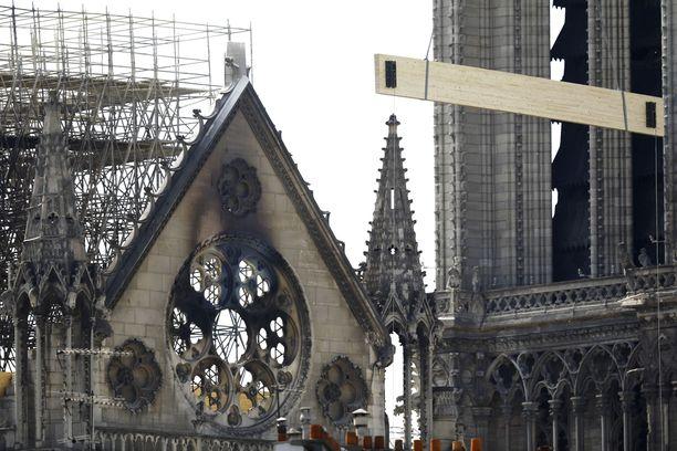 Notre Damen rakenteet pitää vahvistaa puutuilla ennen kuin palon syytä ja tuhoja päästään kunnolla selvittämään.