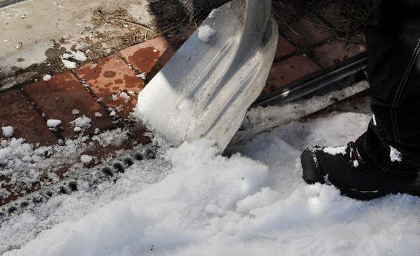 Lumitöiden kasaantuminen voi kiristää naapureidenkin välejä.