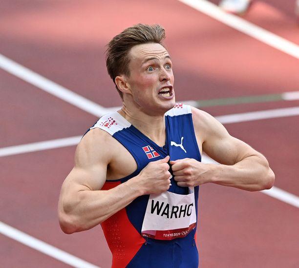 Norjan Karsten Warholm pinkoi 400 metrin aitojen uuden maailman ennätyksen 45,94 Tokion finaalissa.