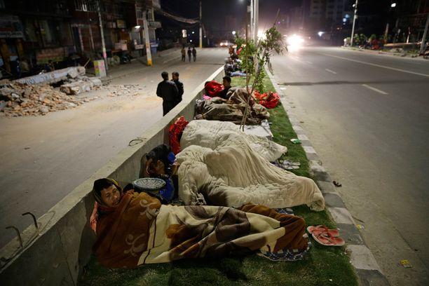 Kathmandussa moni joutui viettämään yönsä taivasalla.