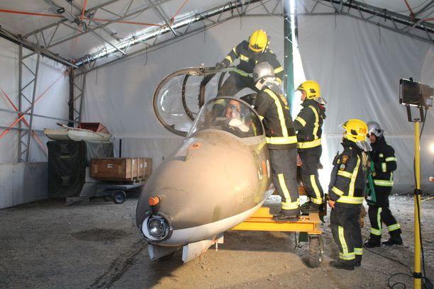 Palomiehet harjoittelevat lentäjän pelastamista Hawk-suihkukoneesta.