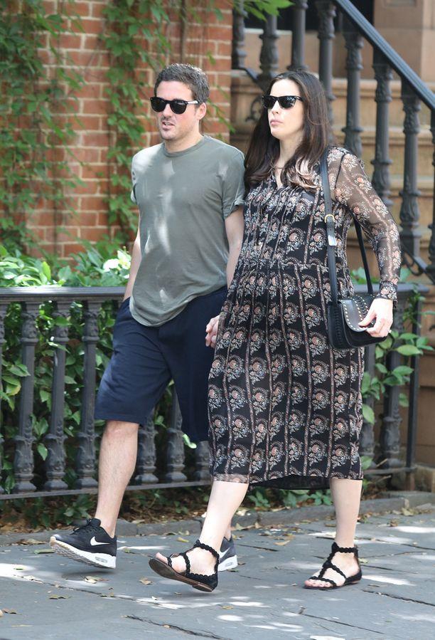Tyler ja miesystävä David Gardner kuvattiin kävelyllä vain muutama päivä ennen synnytystä.