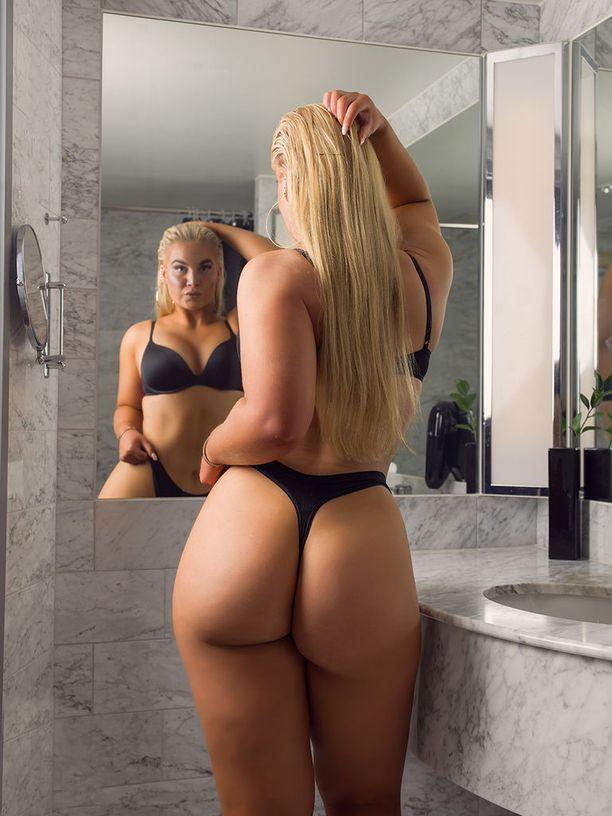Helin tunnetaan myös Miss BumBum-finalistina. Hän harrastaa fitnessurheilua.