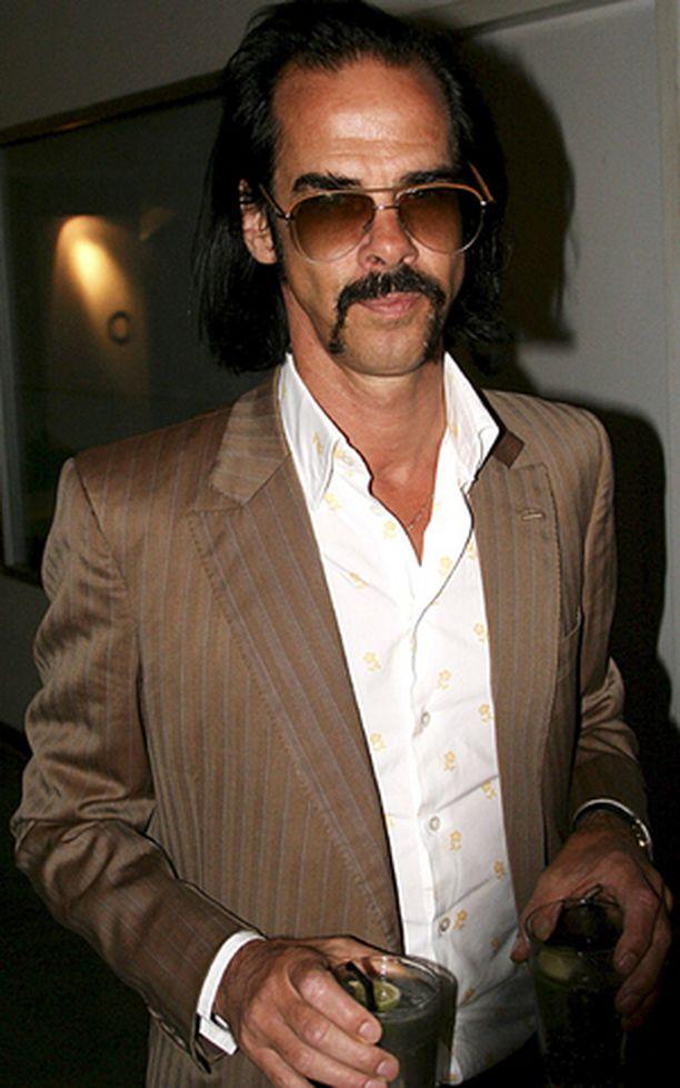 Nick Cave näyttäytyi tämän näköisenä elokuisessa muotinäytöksessä.