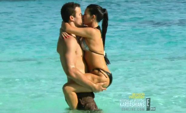 Tuore kihlapari pulikoi onnellisena Kimin miljoonakodin uima-altaassa.