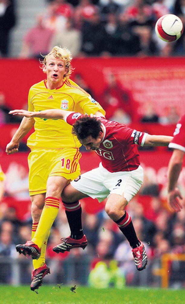 Liverpoolin Dirk Kuyt uskoo vakaasti, että Gary Nevillen ManU kaatuu kotikentällä.