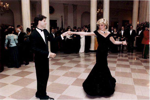 Tämä tanssi muistetaan! Puku, joka yllään prinsessa pyörähteli John Travoltan kanssa, on mukana näyttelyssä.