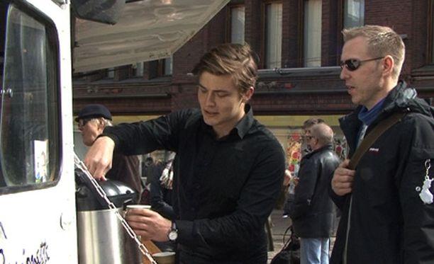 Tio Tikka jakoi lauantaina Helsingissä ilmaista kahvia.