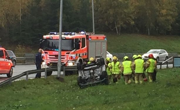 Onnettomuuspaikalla on paljon pelastushenkilökuntaa.