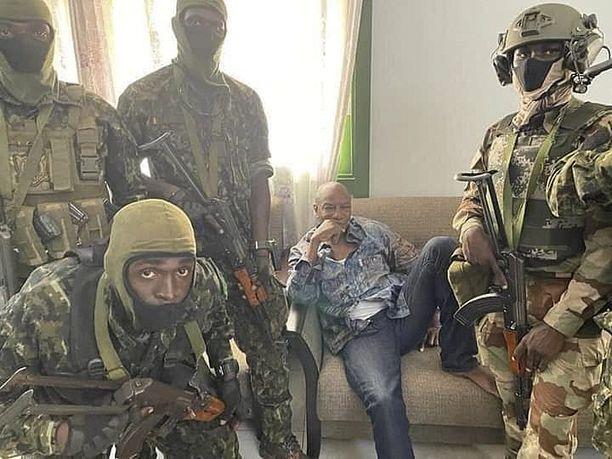 Sohvalla istuva presidentti Alpha Condé kuvattiin vallankaappaukseen osallistuneiden sotilaiden kanssa.