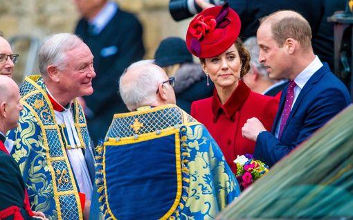 Tällaisia asioita prinssi William kuiskutteli herttuatar Catherinelle kirkossa – ihmetteli kättelemistä