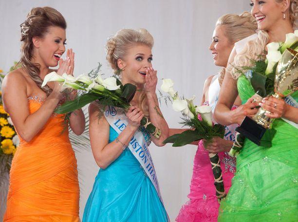 Laura Ahola (pinkissä iltapuvussa oikealla) onnitteli Lotta Hintsaa voiton ratkettua.