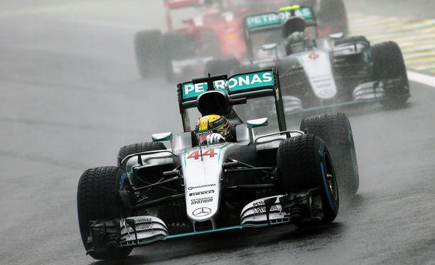 Lewis Hamilton otti pakkovoiton Brasilian GP:stä.