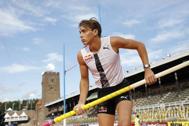Armand Duplantis hyppäsi yli kuusi metriä seiväshypyssä Tukholmassa.
