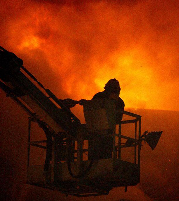 Palomiehillä oli täysi työ kirkkopalon sammuttamisessa.