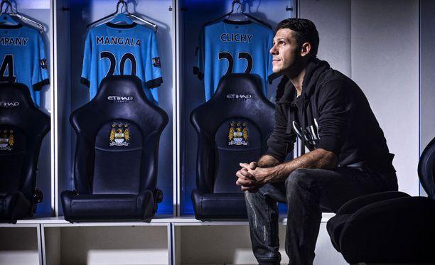 Vertailun vuoksi: tällaisessa pukuhuoneessa Manchester Cityn Martin Demichelis valmistautuu otteluun.