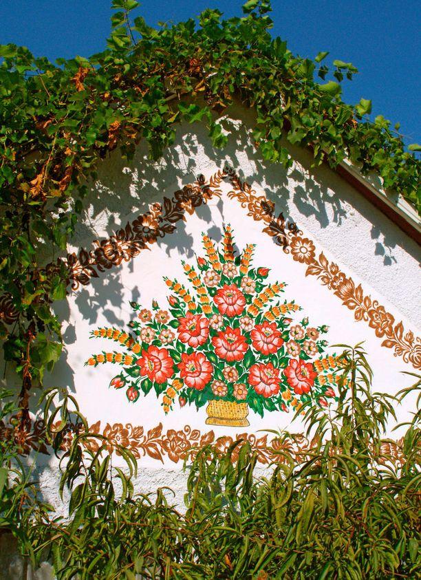 Kukkakuvioita on maalattu hankaliinkin paikkoihin.