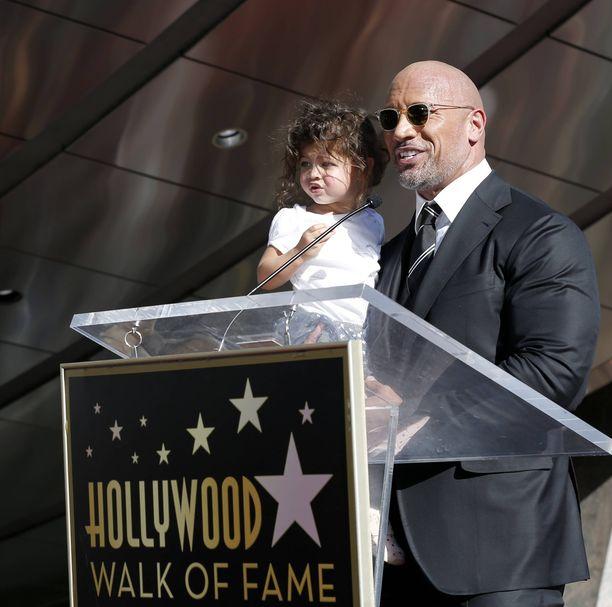 Dwayne Johnson piteli tytärtä sylissään, kun hän piti puheen oman Walk of fame -tähden saamisesta.
