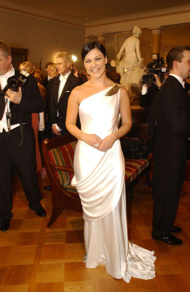 Marja Tiura oli 2000-luvun alussa aina illan kuvatuimpia kaunottaria. Hän pukeutui useimmiten luottosuunnittelijansa Ritva-Liisa Pohjalaisen pukuihin, niin myös vuonna 2003.