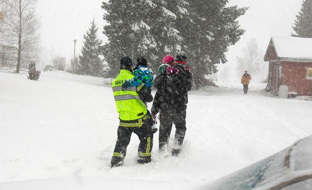 Lapset olivat löydettäessä kylmissään.