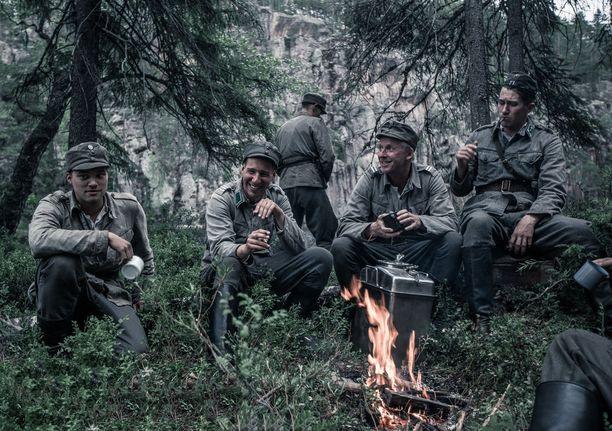 Salo (Akseli Kouki), Hietanen (Aku Louhimies), Rokka (Eero Aho) ja Koskela (Jussi Vatanen) nähdään kolmatta kertaa valkokankaalla. Ennen Louhimiestä Tuntemattoman sotilaan ovat ohjanneet Edvin Laine ja Rauni Mollberg.
