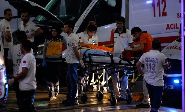 Lentokentälle tehdyssä iskussa on alustavien tietojen mukaan kuollut ainaki 10 ihmistä ja useita kymmeniä on loukkaantunut.