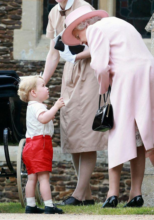 Kuningatar Elisabet jututti prinssi Georgea ristiäistilaisuudessa viime sunnuntaina.